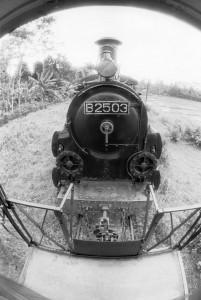 だから客車の後から機関車の正面が見えます